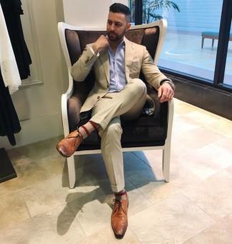 Comment porter: costume beige, chemise à manches longues à rayures verticales bleu clair, chaussures derby en cuir marron, pochette de costume blanche
