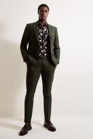 Comment porter: costume vert foncé, chemise à manches longues à fleurs noire, chaussures derby en cuir bordeaux, pochette de costume moutarde