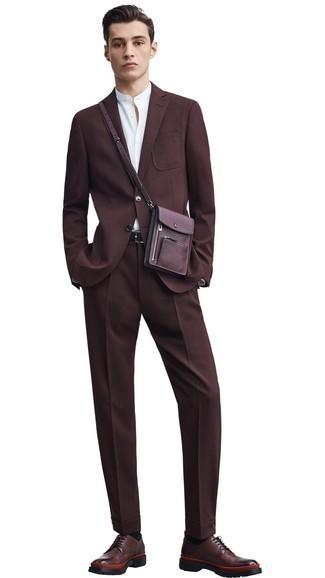 Comment porter des chaussettes noires: Essaie d'associer un costume marron foncé avec des chaussettes noires pour un déjeuner le dimanche entre amis. Une paire de des chaussures derby en cuir marron foncé rendra élégant même le plus décontracté des looks.