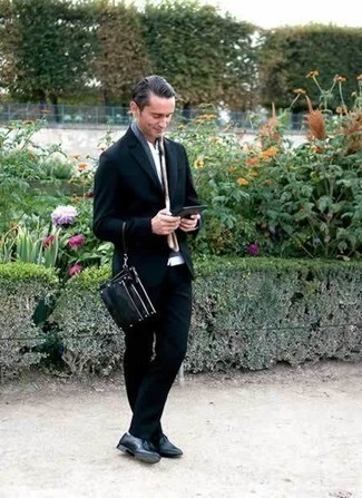 Comment porter une chemise à manches longues blanche pour un style elégantes: Porte une chemise à manches longues blanche et un costume bleu marine pour un look classique et élégant. Complète ce look avec une paire de des chaussures derby en cuir noires.