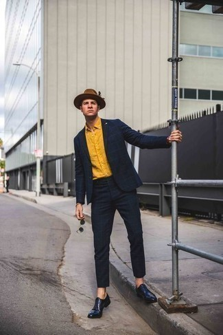 Comment porter un chapeau en laine marron: Pense à porter un costume à carreaux bleu marine et un chapeau en laine marron pour obtenir un look relax mais stylé. Jouez la carte classique pour les chaussures et termine ce look avec une paire de des chaussures richelieu en cuir bleu marine.
