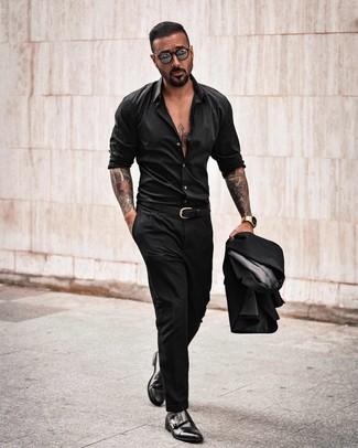 Comment porter: costume noir, chemise à manches longues noire, double monks en cuir noirs, ceinture en cuir noire