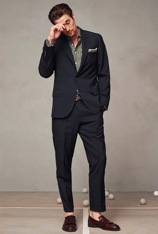 Comment porter: costume noir, chemise à manches longues en chambray grise, mocassins à pampilles en cuir marron foncé, pochette de costume écossaise marron