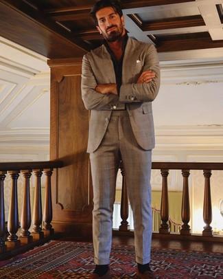 Comment porter: costume écossais marron, chemise à manches longues noire, mocassins à pampilles en daim tabac, pochette de costume blanche