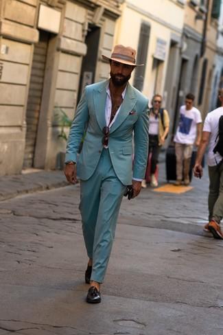 Comment porter: costume vert menthe, chemise à manches longues blanche, mocassins à pampilles en cuir noirs, chapeau de paille marron clair