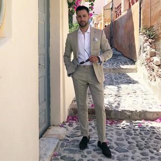 Comment porter: costume beige, chemise à manches longues blanche, mocassins à pampilles en daim noirs, pochette de costume imprimée blanc et bleu