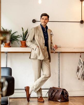 Comment porter un fourre-tout en cuir marron foncé: Essaie d'harmoniser un costume beige avec un fourre-tout en cuir marron foncé pour une tenue idéale le week-end. Une paire de des mocassins à pampilles en daim tabac est une façon simple d'améliorer ton look.