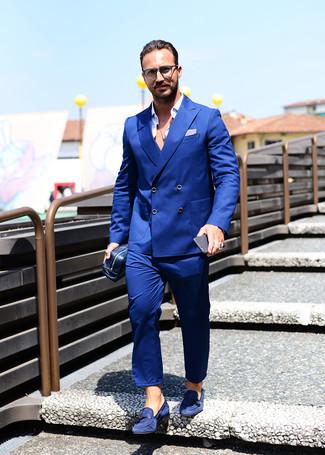 Comment porter: costume bleu, chemise à manches longues blanche, mocassins à pampilles en daim bleu marine, pochette en cuir bleu marine