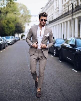 Comment porter une chemise à manches longues blanche pour un style elégantes: Essaie d'associer une chemise à manches longues blanche avec un costume beige pour un look classique et élégant. Une paire de des mocassins à pampilles en daim marron foncé est une option parfait pour complèter cette tenue.