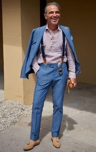 Comment porter des bretelles: Choisis un costume bleu et des bretelles pour un look de tous les jours facile à porter. Une paire de mocassins à pampilles en daim marron clair rendra élégant même le plus décontracté des looks.