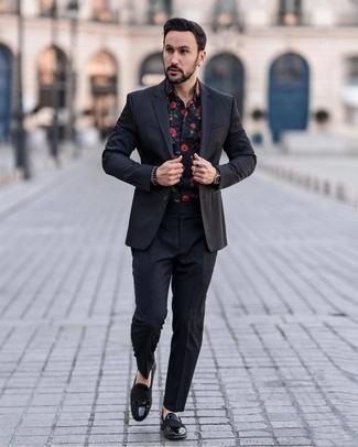 Comment porter: costume noir, chemise à manches longues à fleurs noire, slippers en cuir noirs, montre en cuir noire