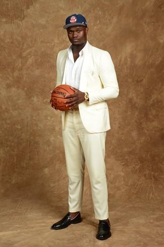 Comment porter: costume blanc, chemise à manches longues blanche, slippers en cuir noirs, casquette de base-ball imprimée bleu marine