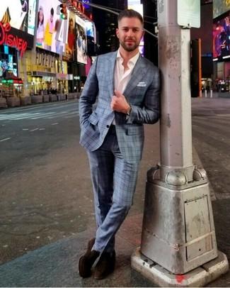 Comment porter: costume écossais bleu clair, chemise à manches longues blanche, slippers en daim marron foncé, pochette de costume blanche
