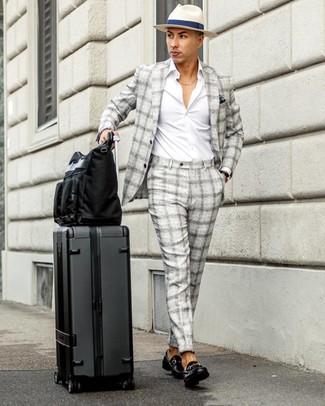 Comment porter: costume écossais gris, chemise à manches longues blanche, slippers en cuir noirs, sac fourre-tout en toile noir
