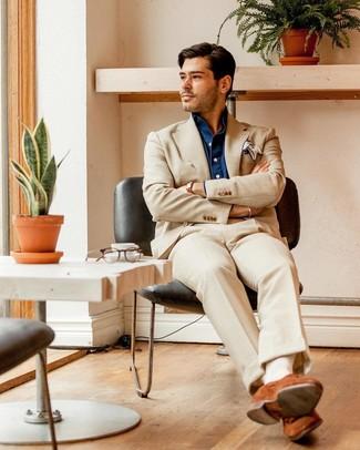 Comment porter: costume beige, chemise à manches longues en chambray bleu marine, slippers en daim tabac, pochette de costume blanche