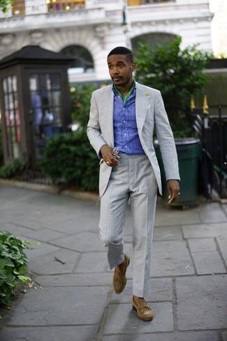 Comment porter une chemise à manches longues: L'association d'une chemise à manches longues et d'un costume gris peut te démarquer de la foule. Termine ce look avec une paire de des slippers en daim marron clair.