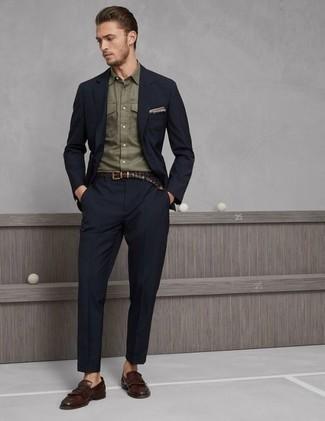 Comment porter une chemise à manches longues olive: Associe une chemise à manches longues olive avec un costume bleu marine pour une silhouette classique et raffinée. Une paire de des slippers en cuir à franges marron est une option avisé pour complèter cette tenue.