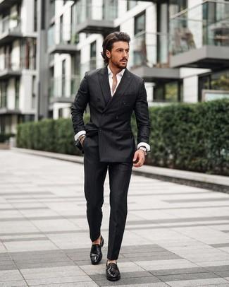 Comment porter un costume à rayures verticales noir: Harmonise un costume à rayures verticales noir avec une chemise à manches longues blanche pour prendre un verre après le travail. Fais d'une paire de slippers en cuir noirs ton choix de souliers pour afficher ton expertise vestimentaire.
