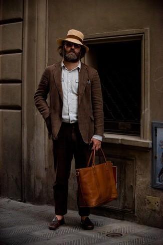 Comment s'habiller après 40 ans: Choisis un costume en lin marron foncé et une chemise à manches longues en chambray bleu clair pour dégager classe et sophistication. Une paire de slippers en cuir marron foncé est une option judicieux pour complèter cette tenue.