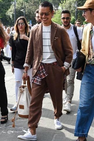 Comment porter une pochette de costume imprimée marron: Opte pour un costume marron avec une pochette de costume imprimée marron pour une tenue confortable aussi composée avec goût. Cet ensemble est parfait avec une paire de des baskets basses en toile blanches.