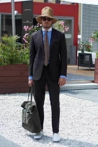 Comment porter une cravate á pois marron: Marie un costume noir avec une cravate á pois marron pour une silhouette classique et raffinée. Si tu veux éviter un look trop formel, complète cet ensemble avec une paire de des baskets à enfiler en toile blanches.