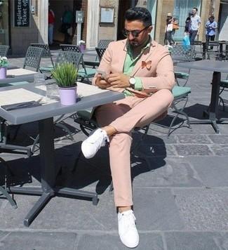 Comment porter une chemise de ville vert menthe: Essaie d'harmoniser une chemise de ville vert menthe avec un costume rose pour une silhouette classique et raffinée. Pour les chaussures, fais un choix décontracté avec une paire de des baskets basses en cuir blanches.