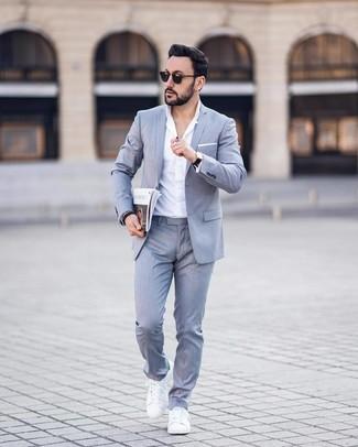 Comment porter: costume gris, chemise de ville blanche, baskets basses en cuir blanches, pochette de costume blanche