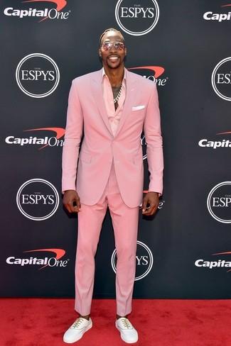 Comment porter: costume rose, chemise de ville rose, baskets basses blanches, pochette de costume blanche