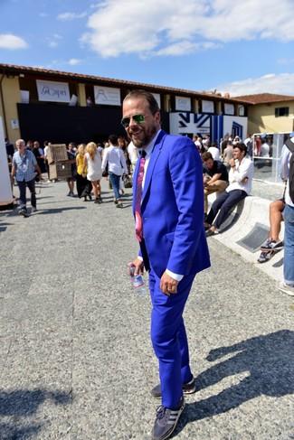 Comment porter: costume bleu, chemise de ville blanche, baskets basses bleu marine, cravate imprimée pourpre