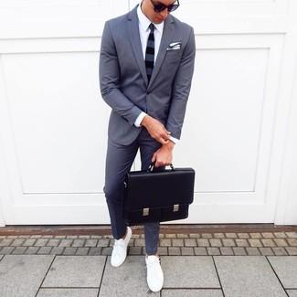 Comment porter: costume gris foncé, chemise de ville blanche, baskets basses blanches, serviette en cuir noire