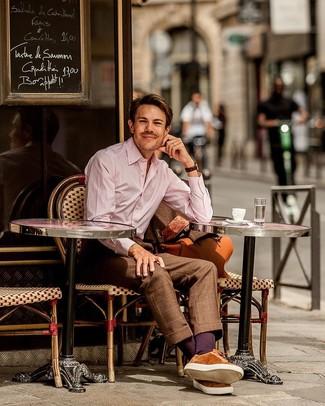 Comment porter un costume à carreaux marron: Harmonise un costume à carreaux marron avec une chemise de ville à rayures verticales rose pour un look pointu et élégant. Jouez la carte décontractée pour les chaussures et termine ce look avec une paire de des baskets basses en daim tabac.