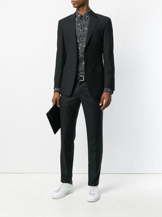 Comment porter: costume noir, chemise de ville á pois noire et blanche, baskets basses en cuir blanches, pochette en cuir noire