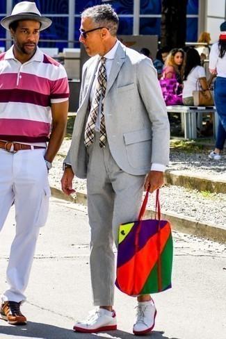 Comment porter des chaussettes invisibles blanches: Porte un costume en seersucker gris et des chaussettes invisibles blanches pour un déjeuner le dimanche entre amis. Une paire de des baskets basses en cuir blanc et rouge est une option génial pour complèter cette tenue.