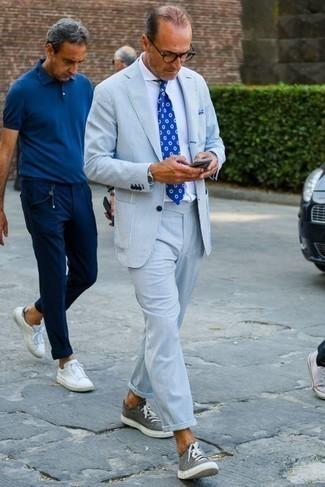Comment porter un costume à rayures verticales bleu clair: Pense à harmoniser un costume à rayures verticales bleu clair avec une chemise de ville blanche pour un look pointu et élégant. Si tu veux éviter un look trop formel, choisis une paire de des baskets basses en toile grises.