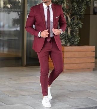 Comment porter une pochette de costume blanche: Pense à harmoniser un costume bordeaux avec une pochette de costume blanche pour obtenir un look relax mais stylé. Une paire de des baskets basses en toile blanches est une option astucieux pour complèter cette tenue.