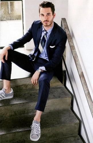 Comment porter: costume bleu marine, chemise de ville bleu clair, baskets basses grises, cravate à rayures verticales bleu marine et blanc