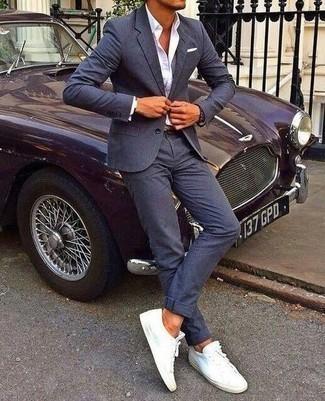 Comment porter un costume bleu marine: Essaie d'harmoniser un costume bleu marine avec une chemise de ville blanche pour un look classique et élégant. Si tu veux éviter un look trop formel, assortis cette tenue avec une paire de baskets basses en toile blanches.