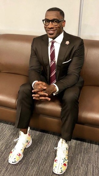 Comment porter: costume marron foncé, chemise de ville blanche, baskets montantes à fleurs blanches, cravate à rayures verticales rouge