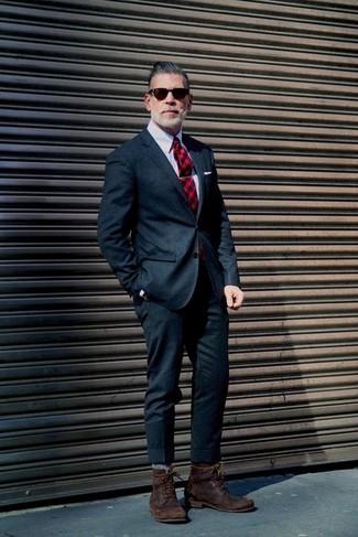 Comment porter: costume en laine bleu marine, chemise de ville à rayures verticales grise, bottes de loisirs en cuir marron foncé, cravate écossaise rouge