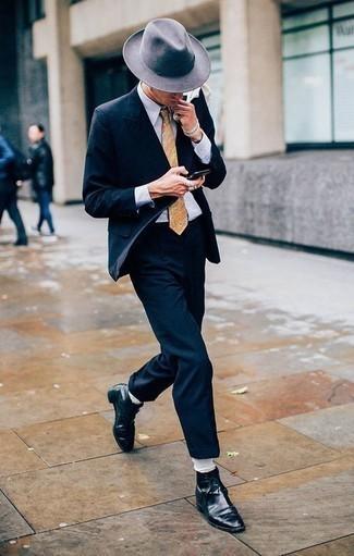 Comment porter une cravate imprimée cachemire beige: Pense à harmoniser un costume bleu marine avec une cravate imprimée cachemire beige pour une silhouette classique et raffinée. Décoince cette tenue avec une paire de des bottes habillées en cuir noires.