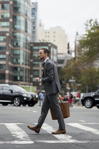 Comment porter: costume gris, chemise de ville blanche, bottines chelsea en cuir marron, sac fourre-tout en cuir marron