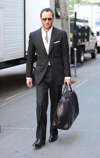Comment porter: costume noir, chemise de ville blanche, bottines chelsea en cuir noires, grand sac en cuir noir