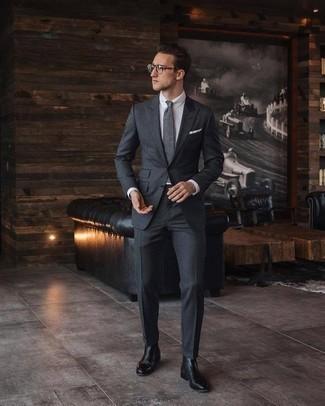 Comment porter une cravate grise: Essaie d'associer un costume gris foncé avec une cravate grise pour une silhouette classique et raffinée. Si tu veux éviter un look trop formel, assortis cette tenue avec une paire de des bottines chelsea en cuir noires.