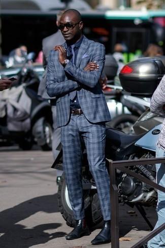 Comment porter une cravate à rayures horizontales bleu marine: Pense à marier un costume écossais bleu avec une cravate à rayures horizontales bleu marine pour un look classique et élégant. Jouez la carte décontractée pour les chaussures et complète cet ensemble avec une paire de des bottines chelsea en cuir noires.
