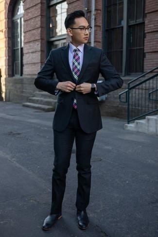 Comment porter une chemise de ville violet clair: Harmonise une chemise de ville violet clair avec un costume bleu marine pour dégager classe et sophistication. Si tu veux éviter un look trop formel, assortis cette tenue avec une paire de des bottines chelsea en cuir noires.