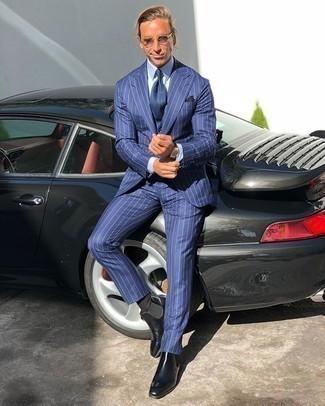 Comment porter une cravate bleu marine: Associe un costume à rayures verticales bleu avec une cravate bleu marine pour dégager classe et sophistication. Jouez la carte décontractée pour les chaussures et termine ce look avec une paire de des bottines chelsea en cuir noires.