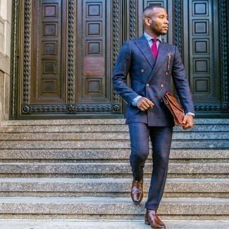Tendances mode hommes: Pense à associer un costume écossais bleu marine avec une chemise de ville en chambray bleu clair pour un look classique et élégant.