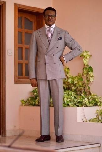 Comment porter un costume gris: Associe un costume gris avec une chemise de ville blanche pour un look classique et élégant. Tu veux y aller doucement avec les chaussures? Complète cet ensemble avec une paire de bottines chelsea en cuir bordeaux pour la journée.