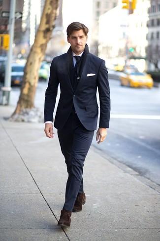 Comment porter: costume noir, chemise de ville bleu clair, bottines chukka en daim marron foncé, cravate noire