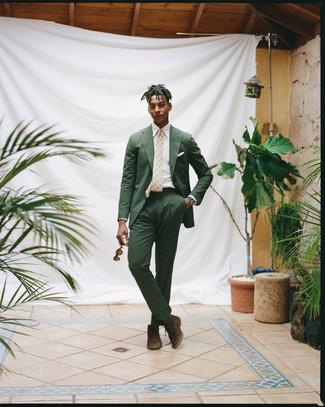 Comment porter: costume en seersucker vert foncé, chemise de ville blanche, bottines chukka en daim marron foncé, cravate imprimée beige